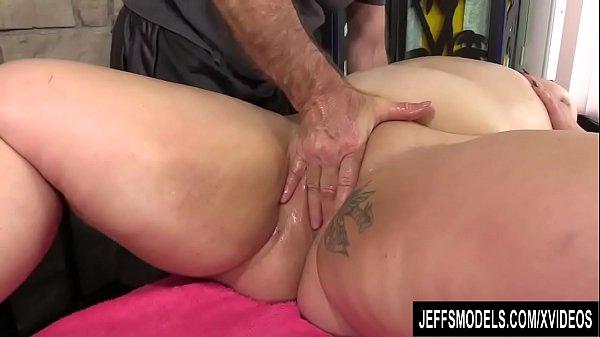 Debela matorka dozivljava orgazam u toku masaze